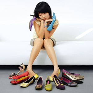 women-trying-shoes